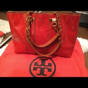 Authentic Tory Burch comes with dust bag